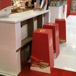 El mobiliario para ferias que necesitas (de cartón)